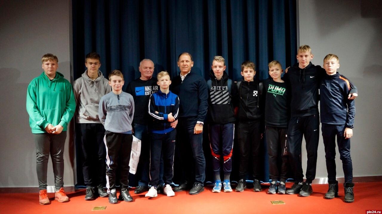Юные футболисты из Невеля посетили спортивный парк в рамках проекта «Единой России»